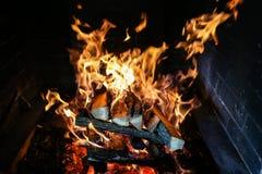 Brinnande vedträ i fyrpannan royaltyfria bilder