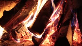Brinnande vedträ i spisen arkivfilmer