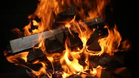 Brinnande vedträ i spisslutet upp stock video