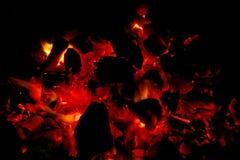 Brinnande vedträ i spisslutet upp Arkivfoton