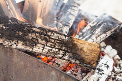 Brinnande vedträ Arkivfoto