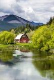 Brinnon Washington Barn par l'étang Photos stock
