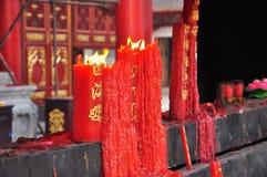 Brinns stearinljus. Kinesiskt buddistiskt tempel royaltyfri fotografi