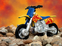 Brinque a bicicleta azul e amarela da sujeira imagens de stock