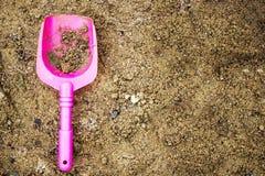 Brinque a colher cor-de-rosa, para jogar uma criança na caixa de areia Imagem de Stock