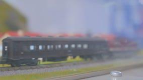 Brinque a disposição da estrada de ferro do passatempo com trem e casas video estoque