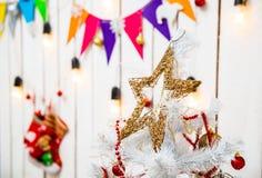 Brinque a estrela sobre a árvore de Natal na sala decorada Fotografia de Stock Royalty Free