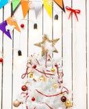 Brinque a estrela sobre a árvore de Natal na sala decorada Fotos de Stock Royalty Free