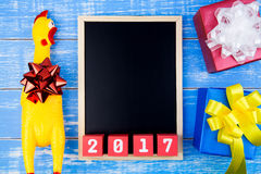 Brinque a galinha amarela, a caixa de presente atual, o quadro-negro e y novo feliz Imagens de Stock