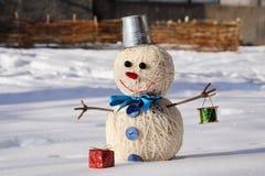 Brinque o boneco de neve com brinquedos do Natal em um fundo da neve Imagens de Stock Royalty Free