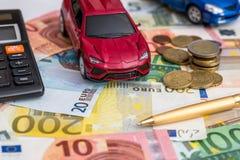 brinque o carro no dinheiro do Euro com calculadora e pena Imagem de Stock Royalty Free