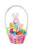 Brinque o coelho e a cesta colorida completamente de ovos da páscoa do chocolate Fotos de Stock