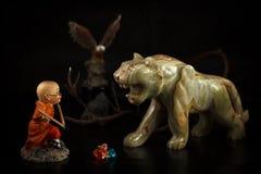 Brinque o menino, as figuras da águia e a figura de pedra de um tigre Imagens de Stock