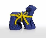 Brinque o presente do filhote de cachorro envolvido no papel, isolado Imagens de Stock Royalty Free