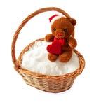 Brinque o urso com um coração em uma cesta de vime Imagens de Stock