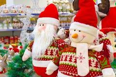 Brinquedo, boneco de neve e Santa Claus macios do Natal Santa Claus com um amigo no para-brisa da loja imagens de stock royalty free