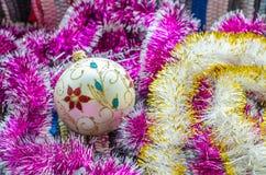 Brinquedo bonito do Natal com o close up roxo e amarelo das festões foto de stock