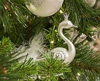 Brinquedo branco da cisne em uma árvore de Natal Fotografia de Stock