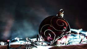 Brinquedo brilhante decorativo do Natal com uma festão imagens de stock royalty free