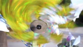 Brinquedo brilhante do girândola, brinquedo colorido do moinho de vento filme