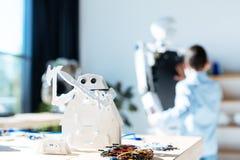 Brinquedo cósmico branco do robô do guerreiro que está na tabela Imagem de Stock