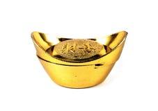 Brinquedo chinês do lingote do ouro isolado no branco foto de stock