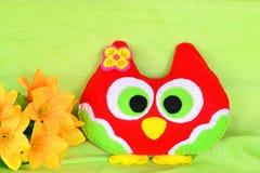 Brinquedo colorido da coruja de feltro feito a mão Ofícios fáceis das crianças Brinquedo bonito fotografia de stock