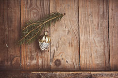 Brinquedo da árvore de Natal do vintage no fundo de madeira Foto de Stock Royalty Free