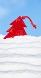Brinquedo da árvore de Natal na neve no fundo do céu imagens de stock