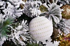 Brinquedo da bola da árvore de Natal com pérolas Fotografia de Stock Royalty Free