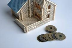 Brinquedo da casa e moeda de cobre envelhecida Fotos de Stock Royalty Free