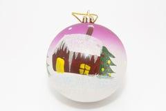 brinquedo da Pele-árvore - uma esfera com casa Fotos de Stock