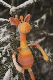 Brinquedo de Amigurumi Girafa de descanso fotografia de stock royalty free