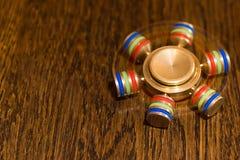 Brinquedo de giro em uma superfície de madeira foto de stock