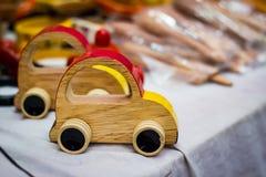 Brinquedo de madeira colorido do vintage do carro a ser arrastado pela linha fotografia de stock