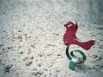 Brinquedo de madeira do conceito da solidão no parque dramático imagens de stock royalty free