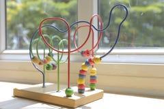 Brinquedo de madeira para crianças na sala de aula 1 do jardim de infância fotografia de stock