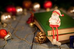 Brinquedo de Santa Claus na tabela fotografia de stock