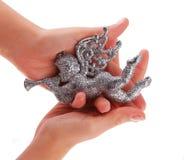 Brinquedo do anjo do Natal do Glitter nas mãos Fotos de Stock