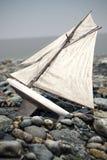 Brinquedo do barco na ilustração da praia 3d ilustração stock