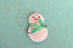 Brinquedo do boneco de neve do Natal de feltro Ofícios caseiros de feltro imagens de stock royalty free