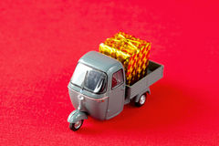Brinquedo do carro para a entrega do Natal Foto de Stock