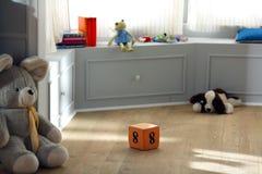 Brinquedo do cubo do número oito no berçário Imagens de Stock Royalty Free