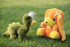 Brinquedo do dinossauro e do cão Fotografia de Stock Royalty Free