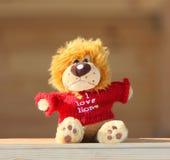 Brinquedo do luxuoso no revestimento feito malha vermelho imagens de stock royalty free