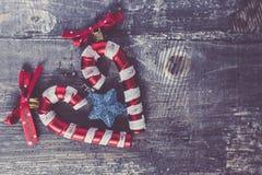 Brinquedo do Natal do bastão de doces com a estrela azul do Natal da curva vermelha Decoração acolhedor do Natal Ano novo 2019 fotos de stock royalty free
