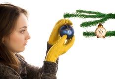 Brinquedo do Natal da terra arrendada da menina Fotos de Stock Royalty Free