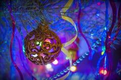 Brinquedo do Natal na árvore de Natal na noite fotos de stock royalty free