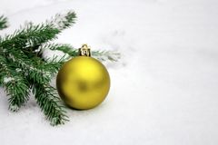 Brinquedo do Natal que encontra-se na neve Fotografia de Stock