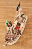 Brinquedo do navio de pirata de Woodden fotografia de stock